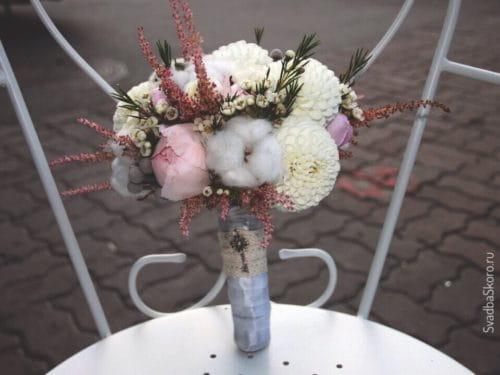 букет невесты из хлопка и пионов