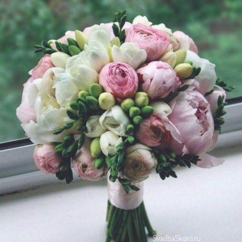 букет невесты из пионов роз и фрезий