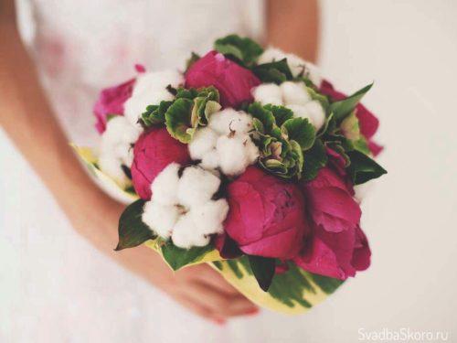 букет невесты из пионов и хлопка