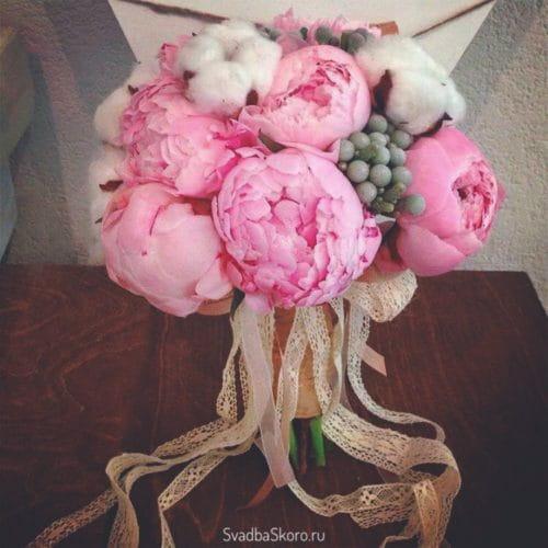 розовый букет невесты с хлопком